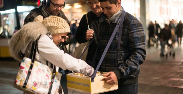 Kultur wächst durch Begegnung: Im Advent 2014 kochten Menschen, die aus ihrer Heimat Syrien, Irak, Iran, Palästina, Afghanistan, Nigeria oder Kamerun flüchten mussten, und verschenkten ihre Schmankerl an Passanten. Foto: Petra Moser_DIE GABE / Die Fabrikanten