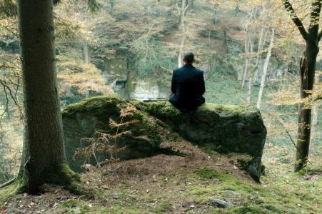 Ein Männlein sitzt im Walde ... Moritz Bleibtreu als Wirtschaftsanwalt Urs Blank - Foto: Felix Cramer/Alamode Film