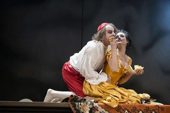 Tartuffe (Vasilij Sotke) und Elmire (Gunda Schanderer) - Foto: Thomas Jauk/Landestheater Linz