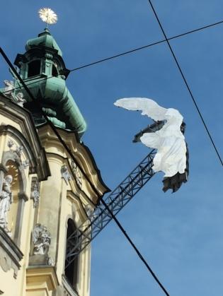 """""""Nike"""" (1977) von Haus-Rucker-Co nun an der Linzer Ursulinenkirche"""