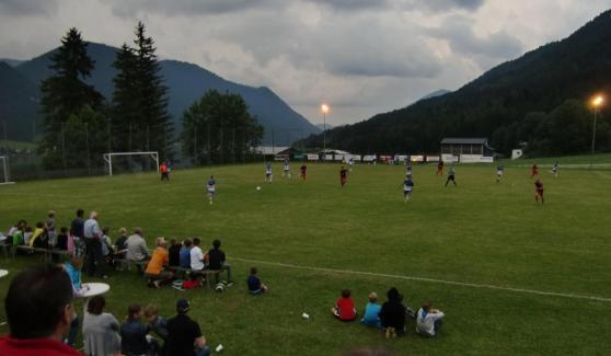 49. Begegnung Gäste gegen Einheimische: der SV Weißensee (in Blau-Weiß) ist in der Defensivarbeit gefordert