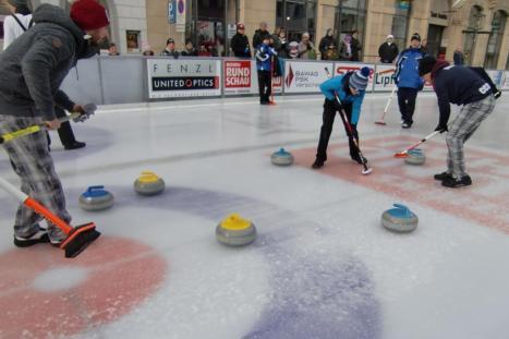 Curling-Turnier auf dem Stadtplatz in Steyr (Oberösterreich)